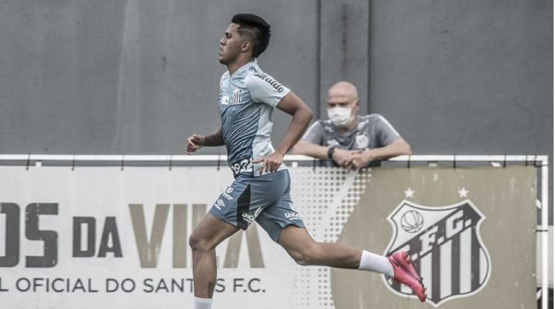 Jogador celebrou chance junto com o profissional | Crédito: Ivan Storti/ Santos FC