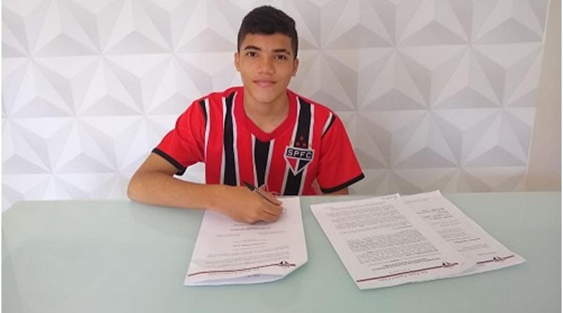 Jogador assinou contrato de formação com o São Paulo