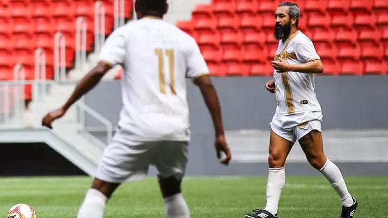 Douglas fez dois gols e deu uma assistência