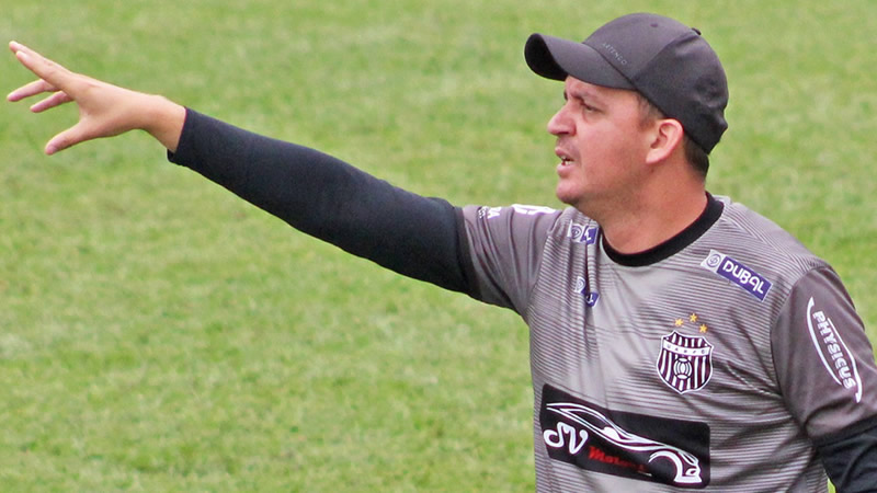 Treinador deixou a equipe após três derrotas