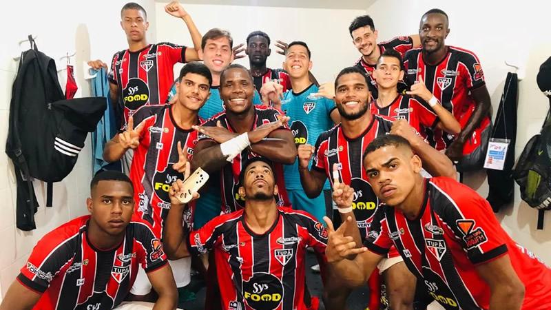 Jogadores do Tupã celebram a primeira vitória na competição