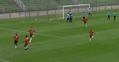 Jogadores do Manthiqueira celebram segundo gol contra o Atlético Mogi