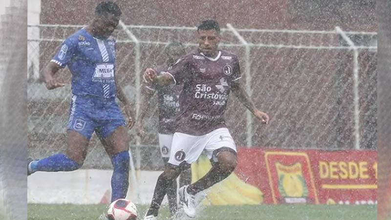 Juventus e Rio Claro jogaram debaixo de muita chuva